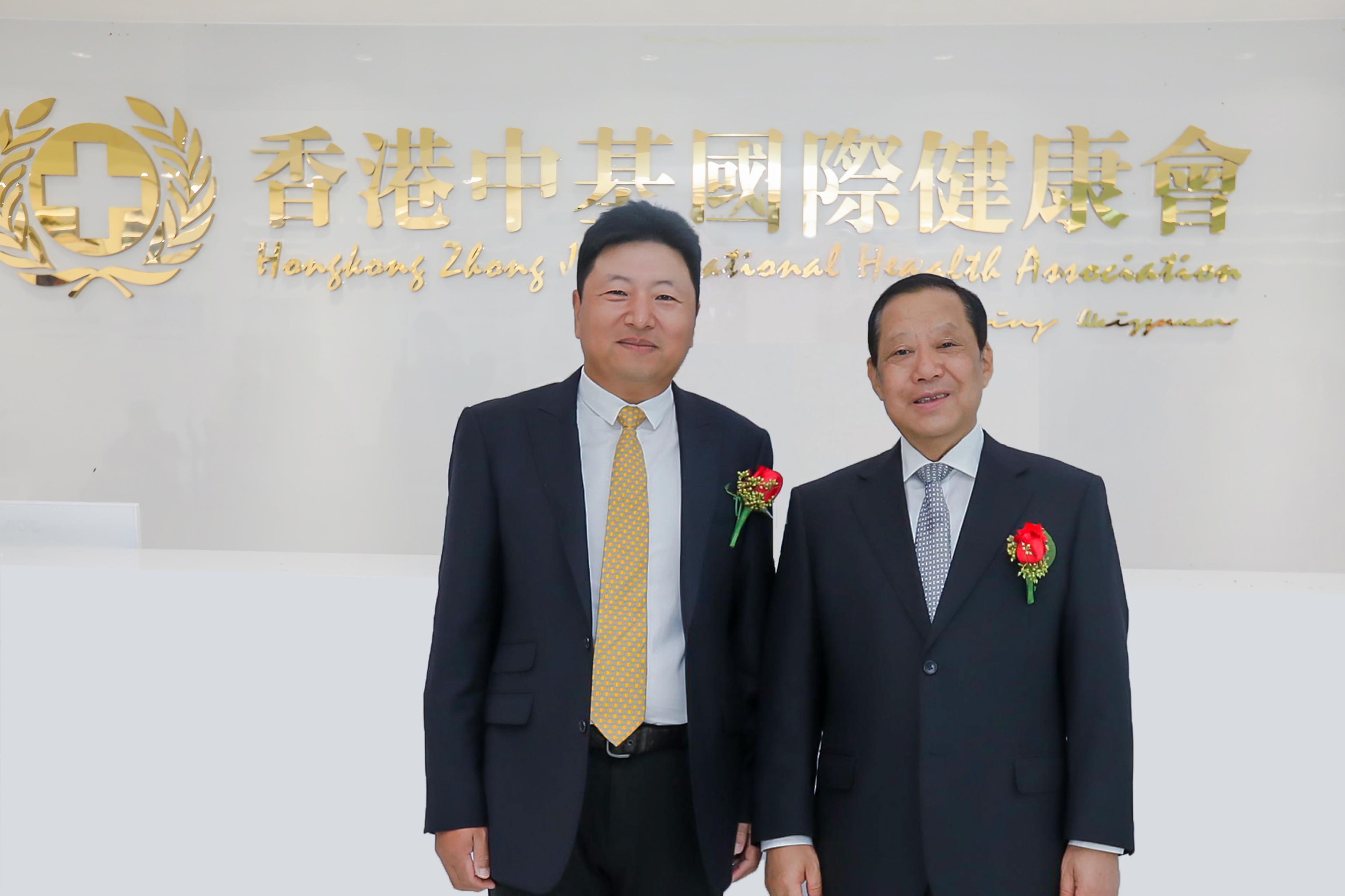 【亚洲综合细胞库创始人闫立先生(左)第十二届全国政协原副主席刘晓峰主席(右)合影】